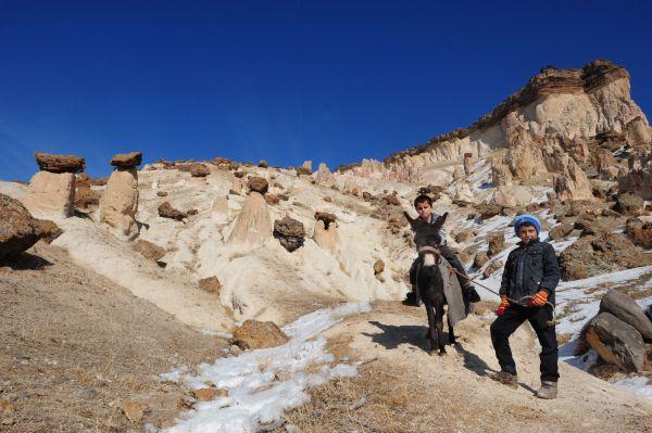 """Van'ın Başkale ilçesine bağlı Yavuzlar köyünde bulunan peri bacaları ile aynı alanda bulunan çok sayıda tünel ve mağara turizme kazandırılmayı bekliyor. İlçe merkezine 33 kilometre uzaklıktaki Yavuzlar köyünde volkanik Yiğit Dağı'nın püskürttüğü kayaçların, yağmur sularının ve rüzgarın aşındırmasıyla ortaya çıkardığı peri bacaları, Nevşehir'in Ürgüp ilçesindeki Kapadokya'yı aratmıyor. Yöre halkı tarafından """"Vanadokya"""" olarak adlandırılan ve her yıl özellikle yaz mevsiminde çok sayıda yerli ve yabancı turisti ağırlayan peri bacaları, yapılacak yatırımlarla turizme kazandırılmayı bekliyor. (Özkan Bilgin - Anadolu Ajansı)"""