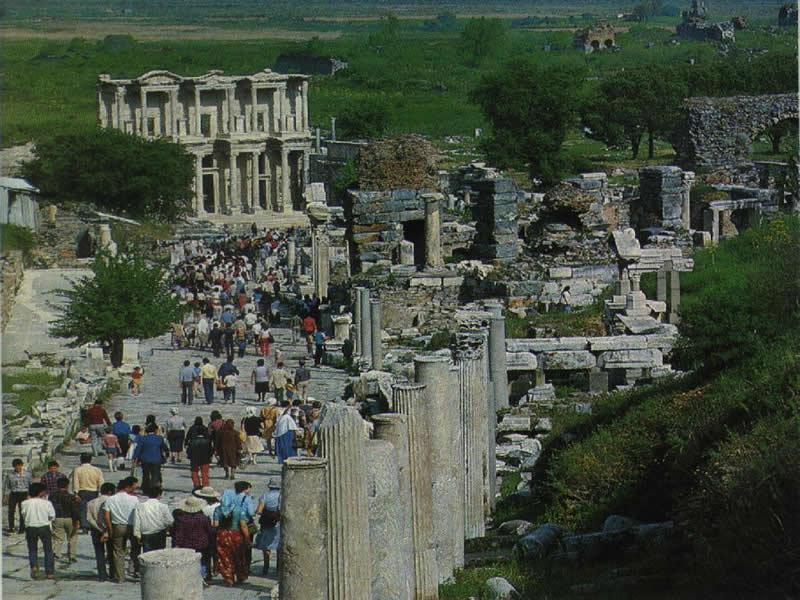 Efes Antik Kentinden Ziyarettekilerin Görseli