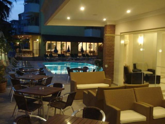 Remi Hotel Gece Manzarası