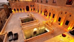Mardin'de yer alan bir çok tarihi konak misafirlerini ağırlamaktadır, içecek ve yemek hizmetleri veren çok sayıda konak mevcuttur