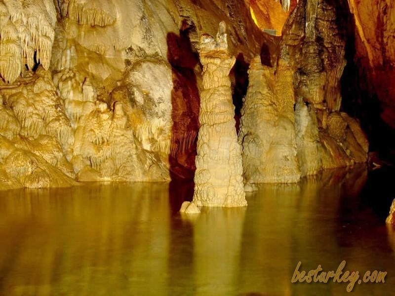 Dim Mağarası, Dim çayı ile çok güzel gözükmektedir.