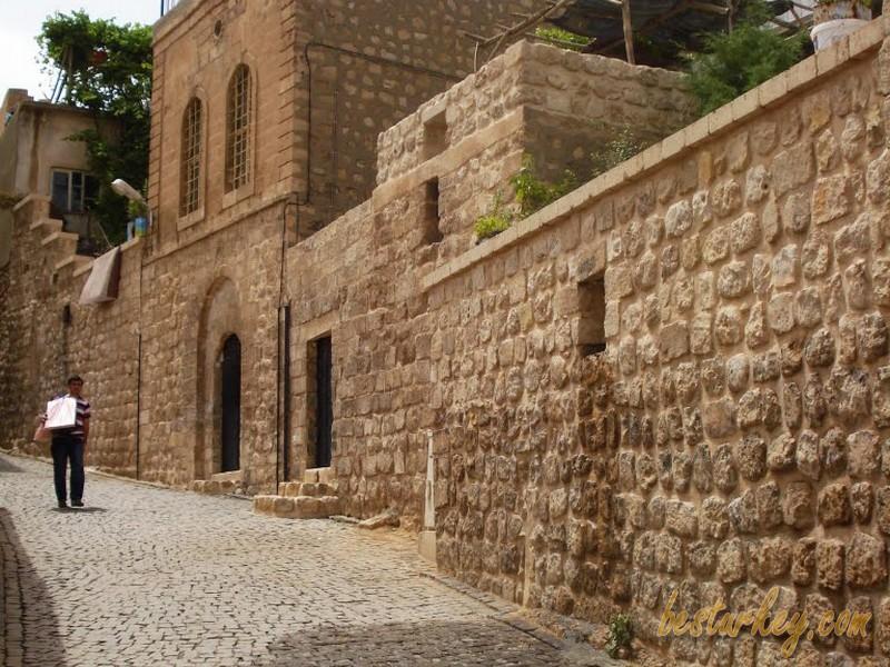 Mardin sokakları, konakların ortasında uzanan bir şaheserdir.