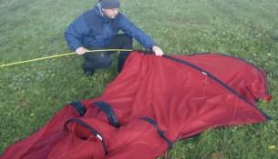 Çadır iskeletini iterek ve çadırın fermuarları kapalı olarak yapmalısınız